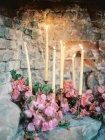 Accensione delle candele con i fiori — Foto stock