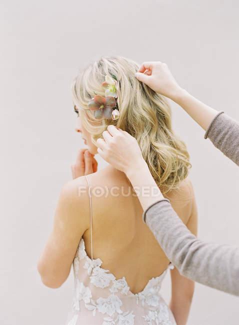 Sposa bionda con acconciatura floreale — Foto stock