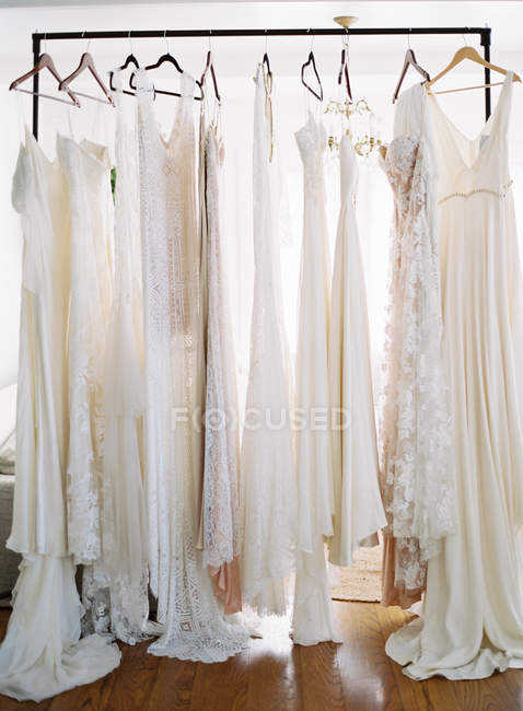 Robes de mariée suspendus — Photo de stock
