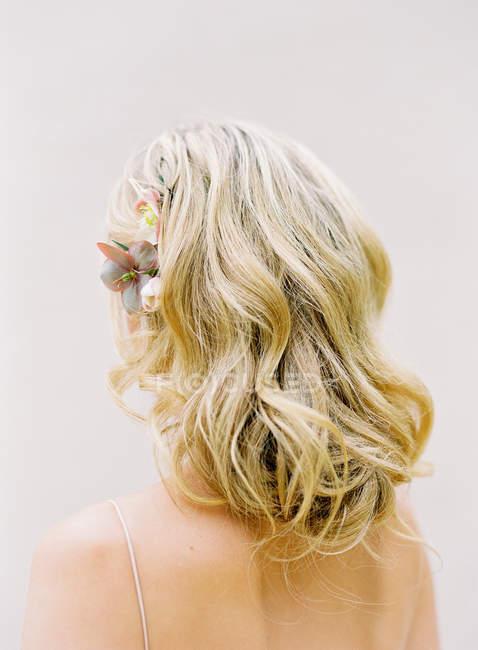 Блондинка невеста с цветочной прической — стоковое фото