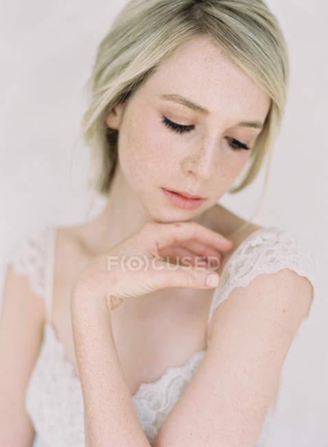 Молодая блондинка невеста — стоковое фото