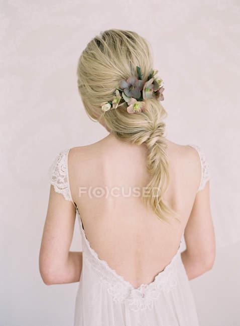 Giovane sposa bionda — Foto stock