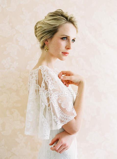 Junge blonde Braut — Stockfoto