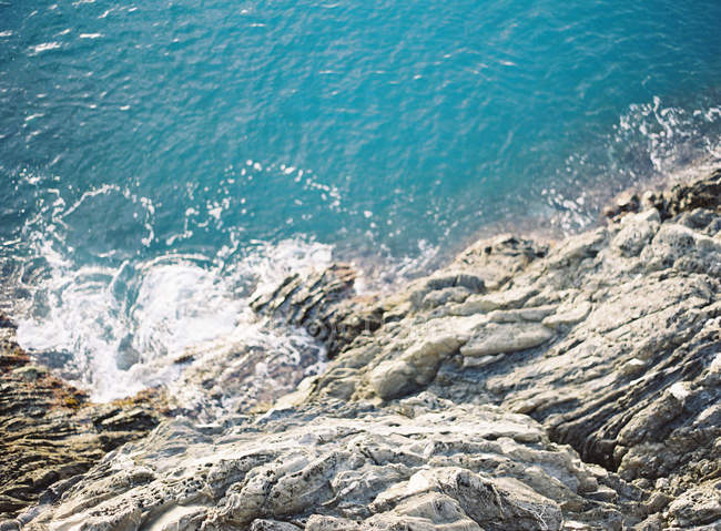 Guardando giù alle acque blu — Foto stock