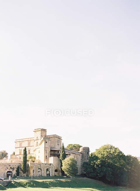 Old villa surrounded with lavish vegetation — Stock Photo