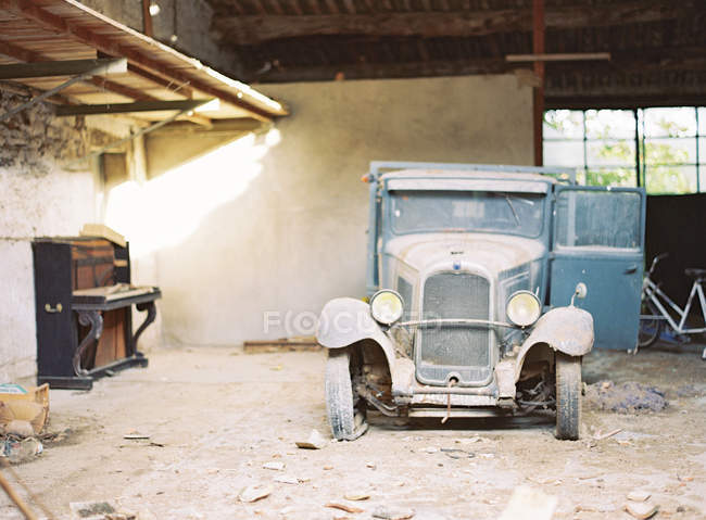 Abandon vintage automobile — Stock Photo