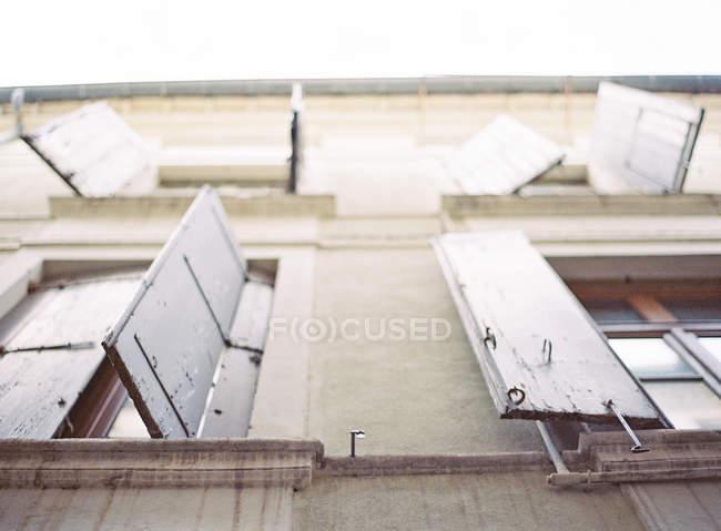 Fenster mit Fensterläden — Stockfoto