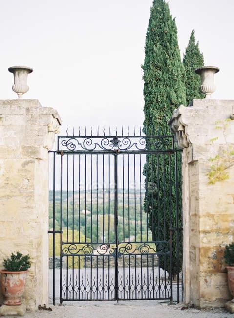 Cancello di metallo decorato con paesaggio pittoresco — Foto stock