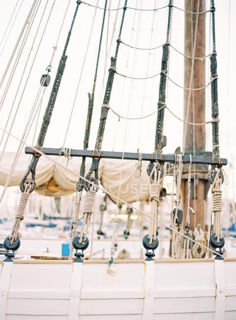 Винтажные канаты на палубе корабля — стоковое фото
