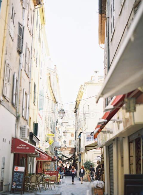 Piétons marchant dans la rue étroite — Photo de stock