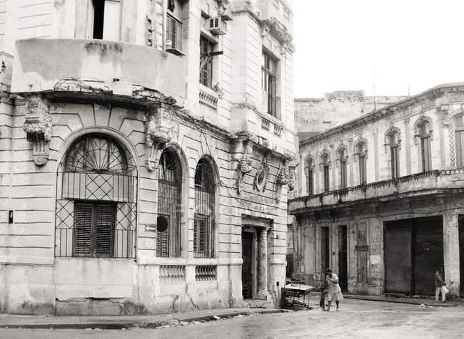 Facciata di Palazzo vecchio all'angolo di strada — Foto stock