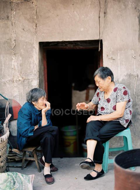 Two elder Chinese women — Stock Photo