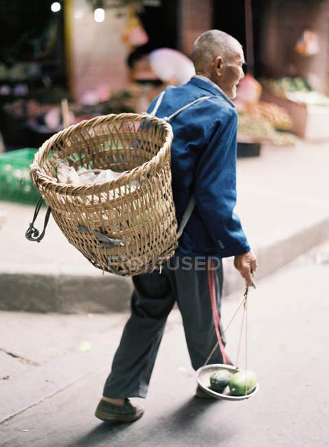 Homme plus âgé marchant dans la rue — Photo de stock