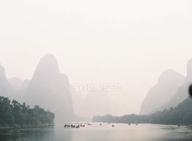 Barche a distanza al fiume Li — Foto stock