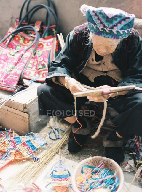 Старійшина Китайська жінка ткацтво — стокове фото