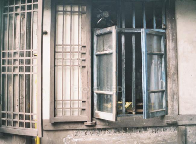 Persianas e janelas de madeira — Fotografia de Stock