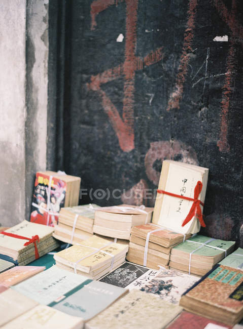Chinese book bundles at the market — Stock Photo