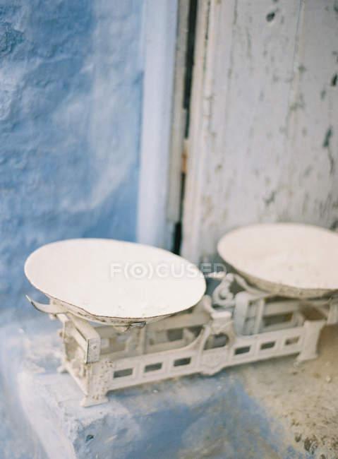 Старые чешуи против голубой стены — стоковое фото