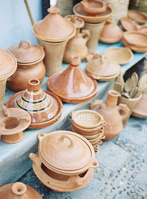 Pottery on display on steps — Stock Photo