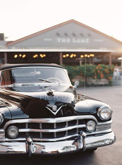 Preto vintage carro ao entardecer — Fotografia de Stock
