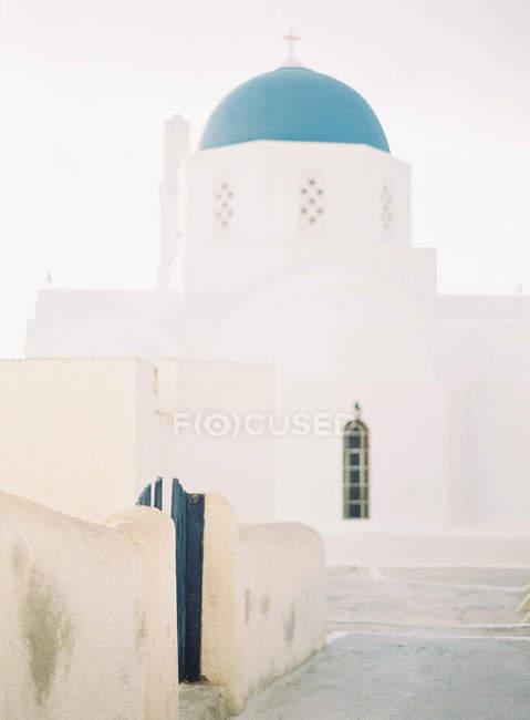Igreja com cúpula azul em Santorini — Fotografia de Stock