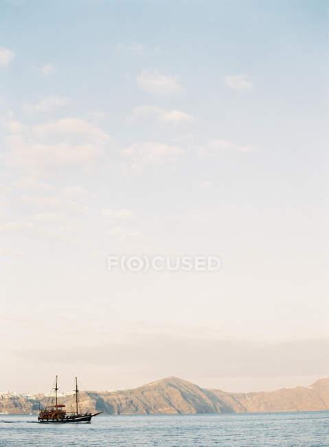 Barca a vela sul mare calmo — Foto stock