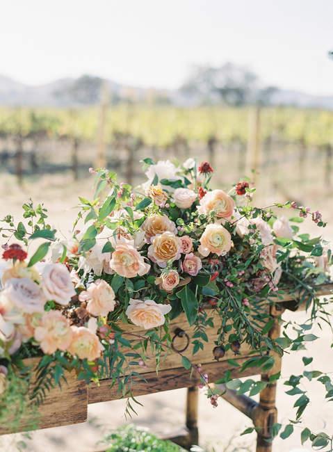 Table ornée de fleurs — Photo de stock