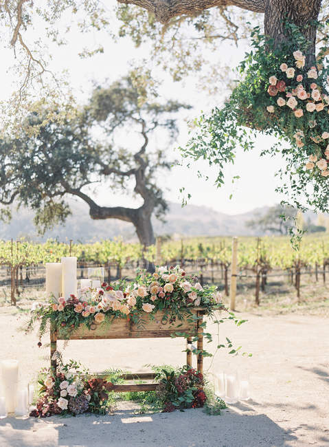 Árbol y mesa decorados con flores - foto de stock