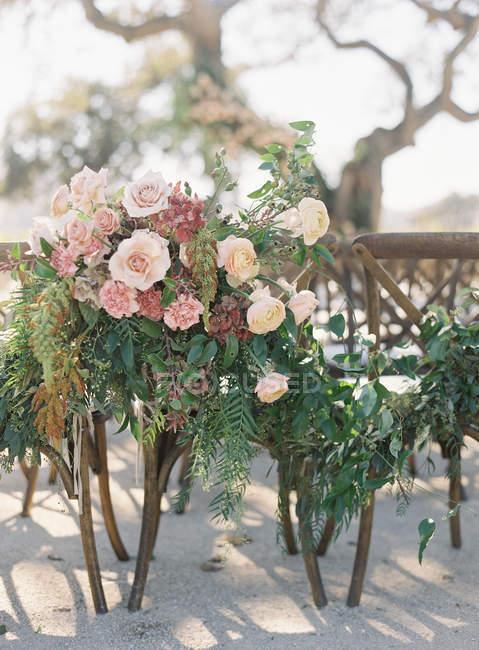 Arrangement floral sur chaises — Photo de stock