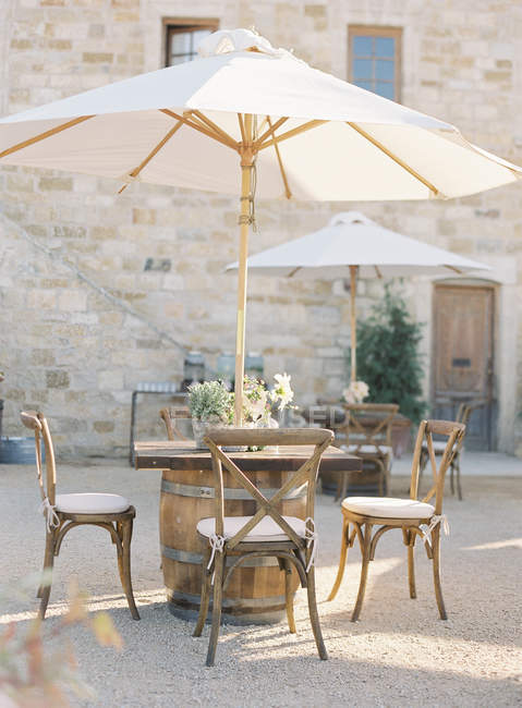 Mesa com cadeiras no café — Fotografia de Stock