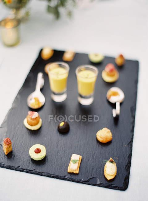 Kleine Desserts mit Frucht-Cocktail-Aufnahmen — Stockfoto