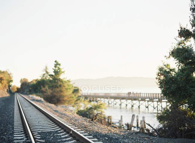 Ferroviaria sulla riva del lago — Foto stock
