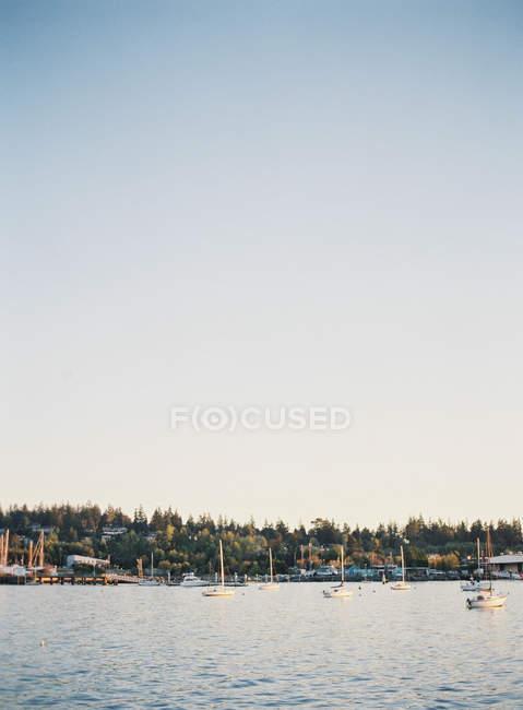Barche ancorate al porto — Foto stock