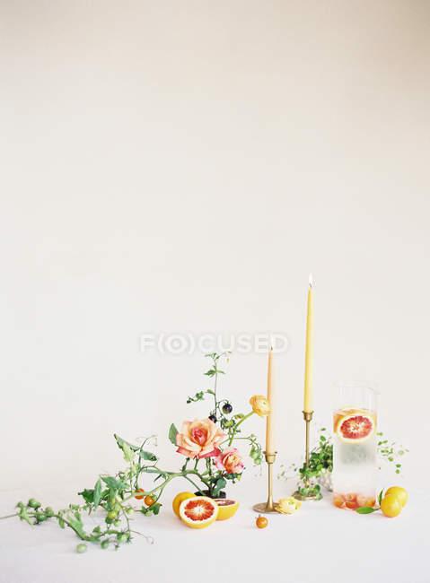 Hausgemachte Limonade mit Blumen und Kerzen — Stockfoto