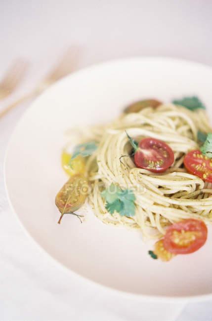 Вегетарианские макароны с помидорами и петрушкой — стоковое фото