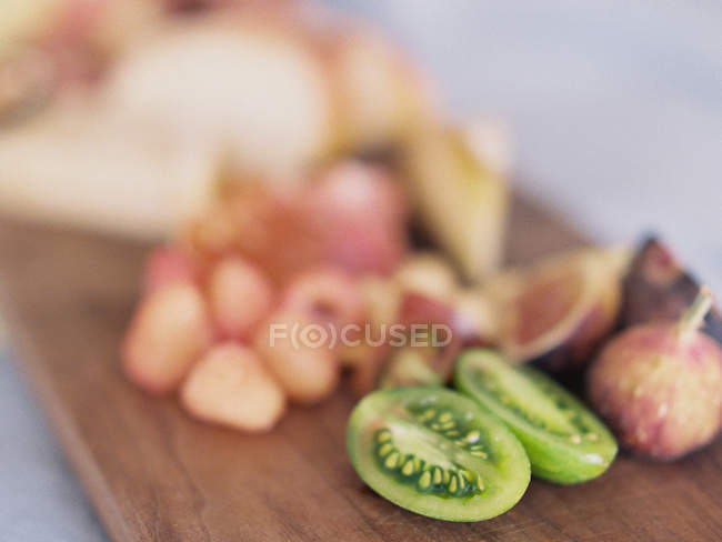Fresh raspberries with kiwi and figs — Stock Photo