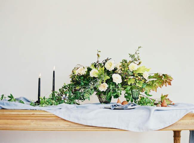 Birnen mit Bouquet von Blumen und Kerzen — Stockfoto