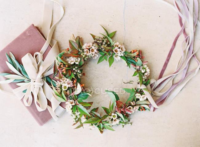 Квіткові корону з стрічками і поле — стокове фото