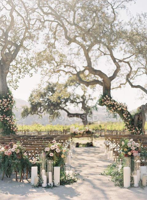 Lieu décoré pour la cérémonie de mariage — Photo de stock