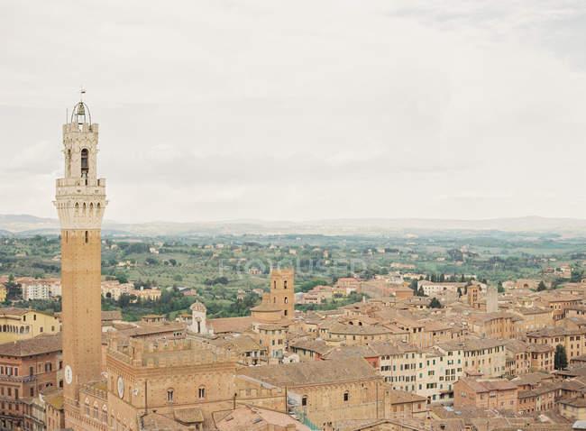Siena con verdi colline su priorità bassa — Foto stock