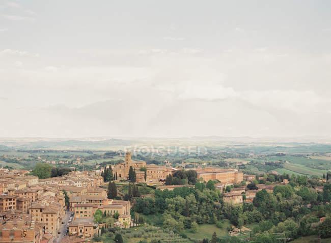 Siena com colinas verdes sobre fundo — Fotografia de Stock