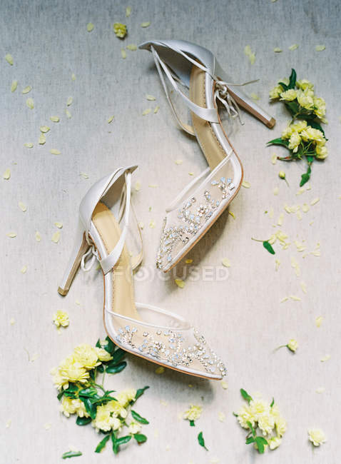 Bridal high-heeled shoes with flowers — Stock Photo