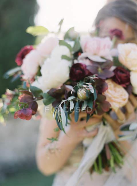 Свежий букет невесты Холдинг — стоковое фото