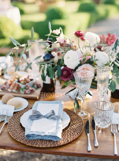 Place setting at wedding table — Stock Photo
