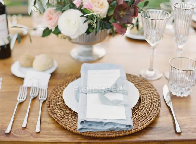Arranjo floral na tabela de configuração — Fotografia de Stock