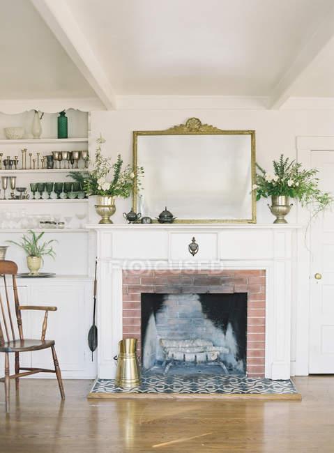 Sala de estar con chimenea - foto de stock