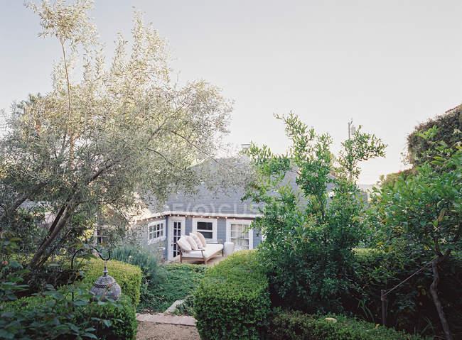 Casa di campagna con giardino durante il giorno — Foto stock