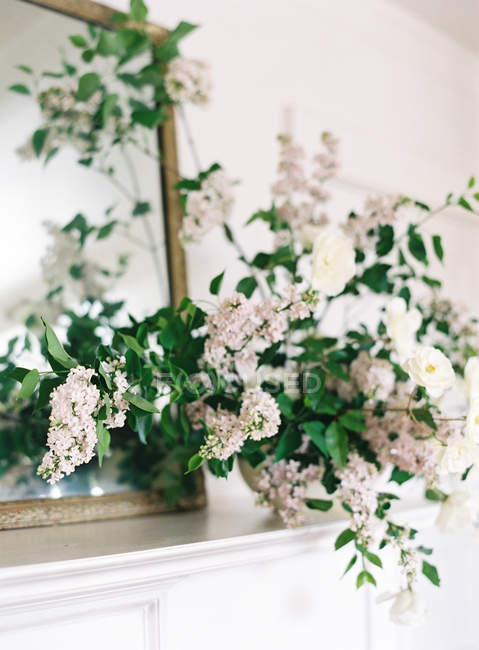 Hedge roses and lilac flowers in vase — Stock Photo