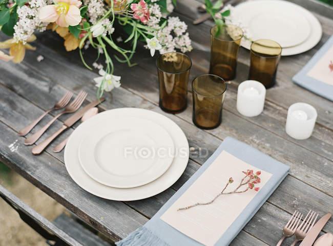 Apparecchiare la tavola con mazzo di fiori — Foto stock
