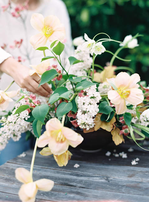 Florista arranjo buquê de flores frescas — Fotografia de Stock